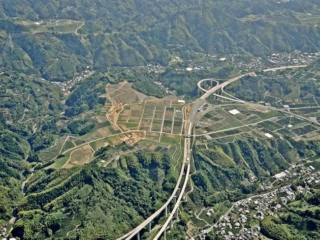 広大なミカン畑と新東名が調和する原・新丹谷地区