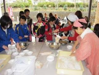 遊休農地で育てたもち米を公民館祭りでふるまう