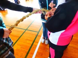 昨年の作品と先日行った小学5年生のしめ縄教室の様子