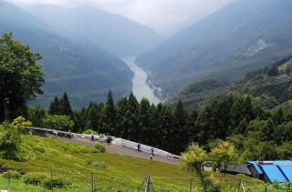 天竜川を見下ろす山あいに開けた集落と茶園