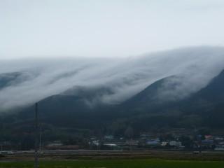 丹那盆地に迫る雲の波