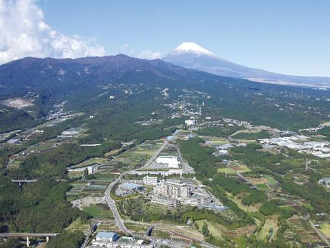 長泉町上長窪地区からの愛鷹山、富士山の眺め