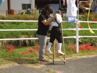 カカシ祭りで手作りの竹馬に挑戦する子供たち