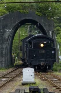 トンネルをくぐる大井川鐵道のSL