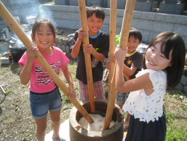 地域で採れた古代米で餅つき大会